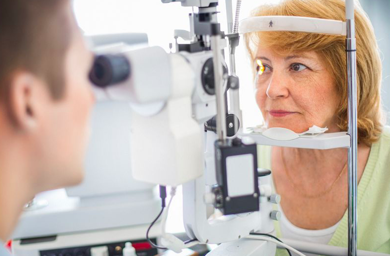 Simple eye examination at opticians could spot dementia at early stage